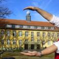 """Mehr Nutzfläche als das Campus-Verwaltungsgebäude hat das zusätzliche Aussteller-Zelt auf dem nächsten """"Karrieretag Soest"""": Prof. Dr.-Ing. Reinhard Spörer, Leiter der Karrieretage Soest, mit seinem Dienstfahrrad beim anschaulichen Größenvergleich. Die als […]"""