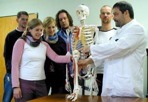 Schüler haben die Möglichkeit, Studierende bei den Übungen des Studiengangs Technische Orthopädie zu begleiten. (Foto: FH Münster/ Fachbereich Physikalische Technik) Copyright:FH Münster/ Fachbereich Physikalische Technik