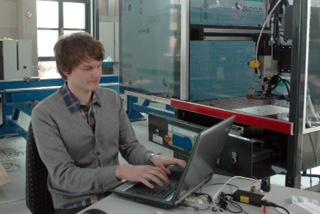 Wie seine Kommilitonen absolvierte Tim Hebbeler parallel zum Studium eine Ausbildung. Er erlernte den Beruf des Elektronikers für Geräte und Systeme bei der Firma Systec in Münster. (Foto: FH Münster/Pressestelle)